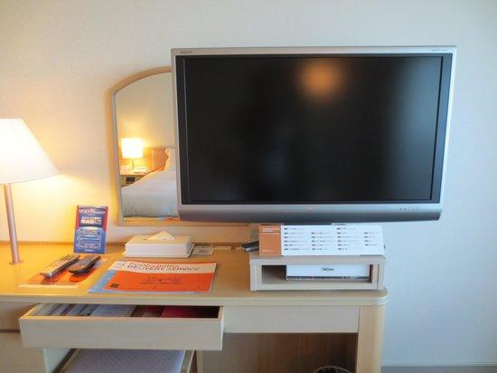 Okinawa Grand Mer Resort: シャープ・アクオス40型TV
