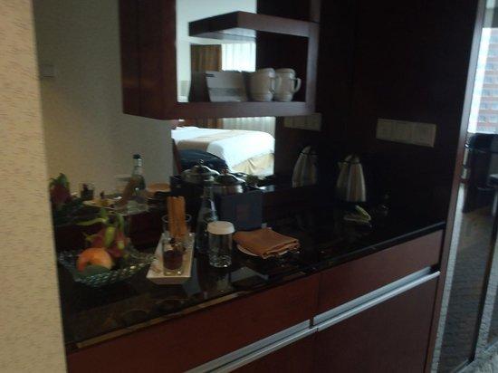Pullman Shanghai Skyway Hotel: Welcome basket
