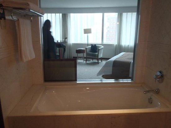 Pullman Shanghai Skyway Hotel: Bathtub