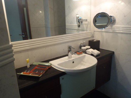 Pullman Shanghai Skyway Hotel : Bathroom sink