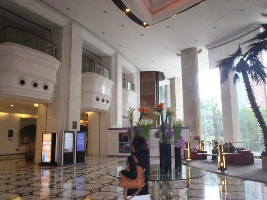 Pullman Shanghai Skyway Hotel: Lobby Area