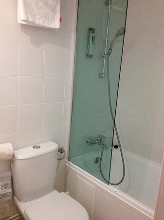 Ibis Styles Paris Maine Montparnasse : Bathroom