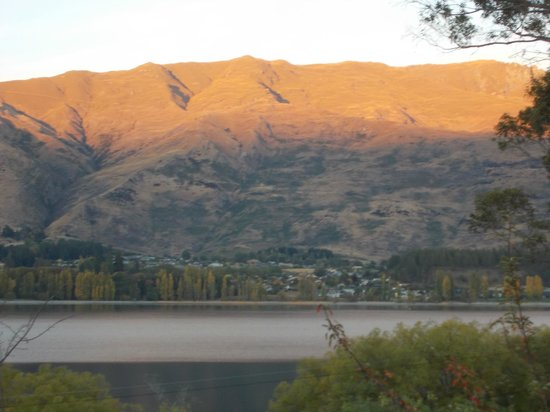 Wanaka Bakpaka: sunrise from the lounge