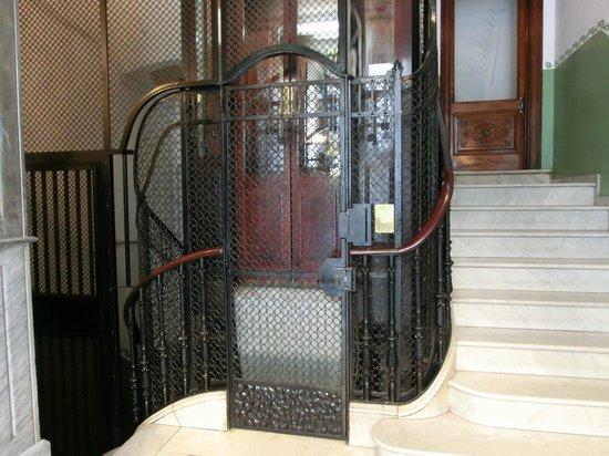 Hostal Fontanella: 建物内エレベータ 扉は手動開閉