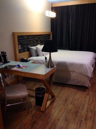 My cute hotel room with wooden floorboards bild fr n for Cute hotel rooms