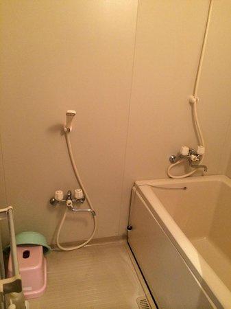 Petit Resort Native Sea Amami : バスルームは家庭用ユニットバスの雰囲気