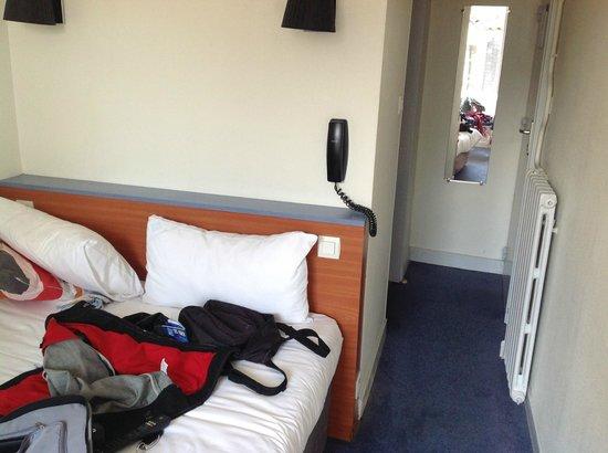 Henri IV Hotel : Chambre 23 lit contre mur