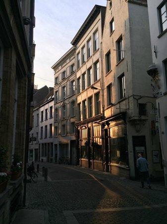 Hotel Rubens - Grote Markt : Side street hotel location