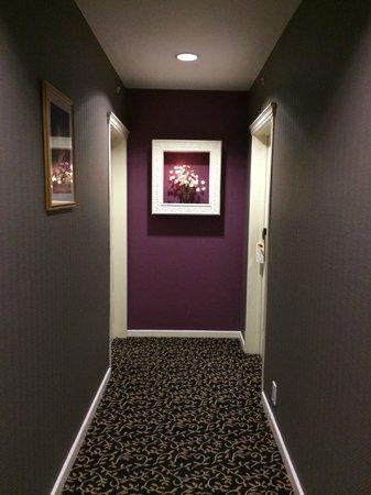 Hotel Rubens - Grote Markt: 1st floor hallway to room 104