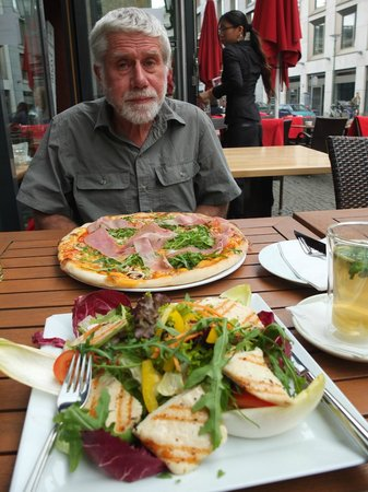 12 Apostel: Pizza and salad