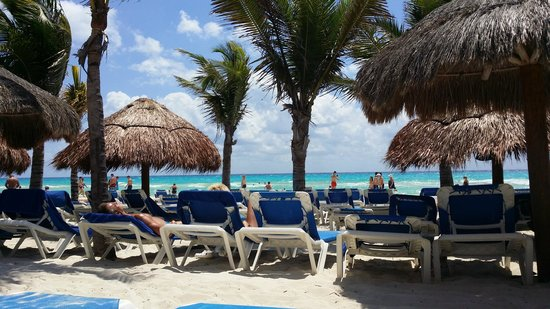 Viva Wyndham Maya : Plage ombragée de cocotier et parasols en palmes
