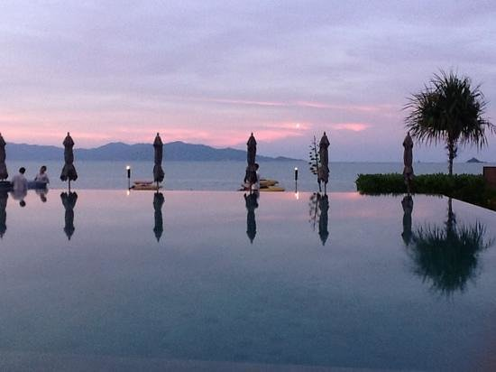 Hansar Samui Resort: a beautiful koh samui sunset by the pool