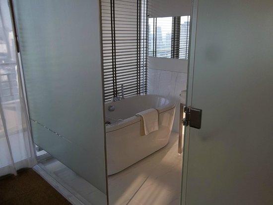 Anantara Sathorn Bangkok Hotel: master bedrooms bathroom