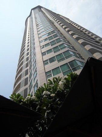 Anantara Sathorn Bangkok Hotel: looking up from pool
