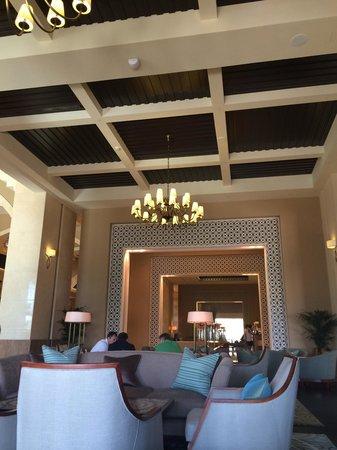 Fairmont The Palm, Dubai : Mashrabiyah afternoon tea at the lobby side