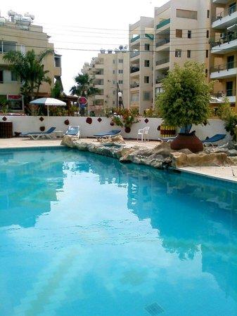 Larco Hotel: Pool ist umgeben von z.T. höheren Gebäuden
