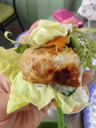 Quan Thuy: 揚げ春巻きを野菜と香草で巻いて頂きます!