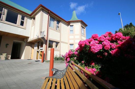 Amross Motel: Hotel & Grounds