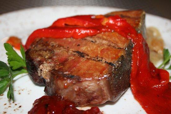 Pa Torrat : Atún a la brasa con base de cebolla caramelizada y mermelada de pimiento rojo