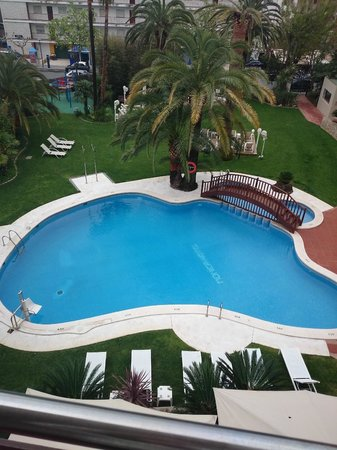 Monica Hotel: Piscina desde habitación