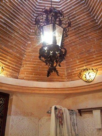 Meson Panza Verde: Bathroom celing and chandelier