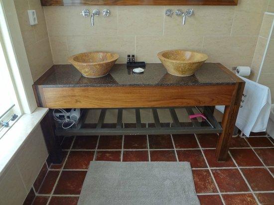 B&B Marnix: Double sink in the bathroom