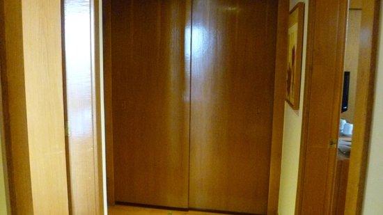 HF Fenix Lisboa : 808 pasillo de la habitacion y armario