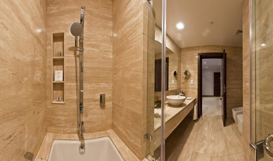 Zubarah Hotel: Room Shower / Bath