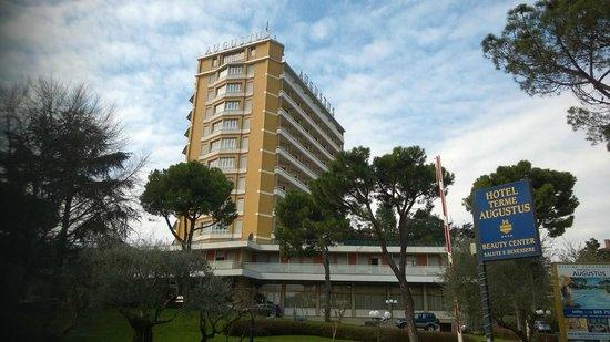 Hotel Augustus Terme: Отель легко виден от жд вокзала