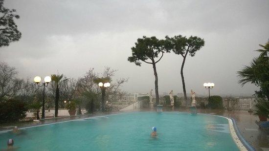 Hotel Augustus Terme: Замечательный вид скрыт дождём, что не мешает наслаждаться тёплой водой открытого бассейна