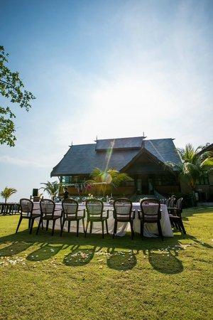 Tunamaya Beach & Spa Resort : Dining Venue preparation