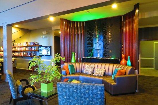 Best Western Plus Novato Oaks Inn : Funky water feature in Reception