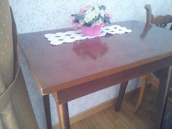 Hotel Cristallo : Tavolino sbeccato della stanza 268
