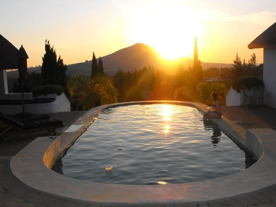 Marianne Wine Estate Guesthouse: Sunset by the Poolhouse.