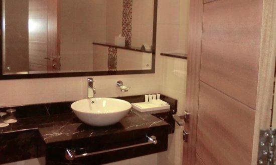 Copthorne Hotel Sharjah: Bathroom, Exec Double Room