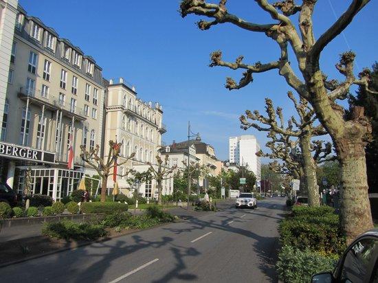 Steigenberger Hotel Bad Homburg: Street view in front of hotel