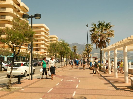 Fuengirola Beach Aparthotel: Main walk along the beach