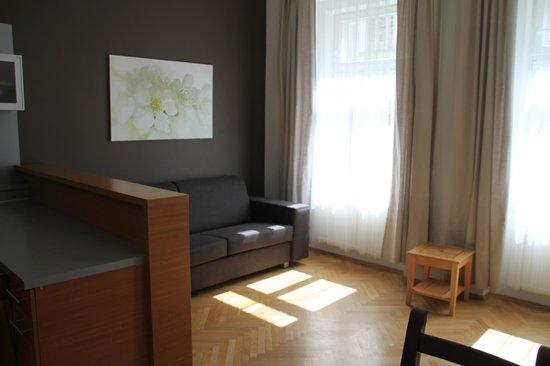 Downtown Suites Kodanska: Wohnzimmer