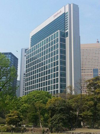 Conrad Tokyo: Shot from the gardens across the street
