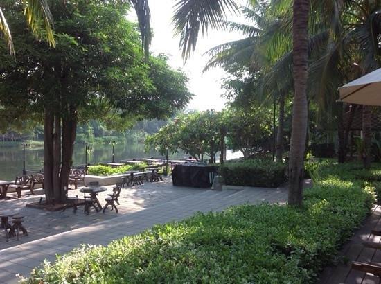 Royal River Kwai Resort & Spa: gardeners dream.