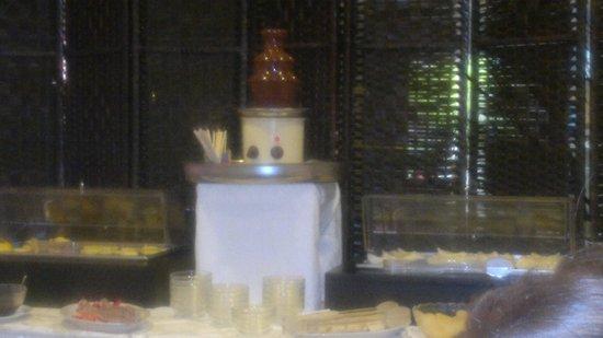 Hotel Augustus Riccione: fontana di cioccolata