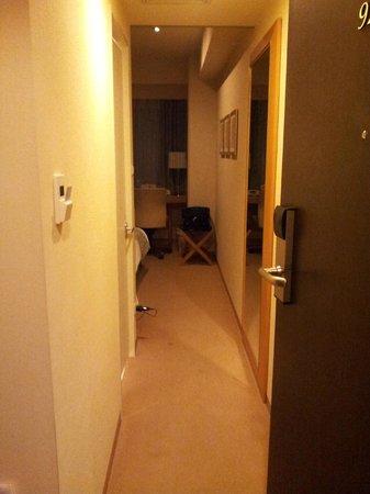 Hotel Sunroute Plaza Shinjuku : Entrada hacia habitación, a la izquierda el baño