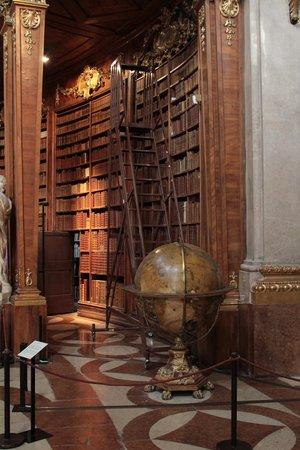 Nationalbibliothek: Hall central...