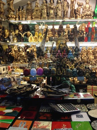 Ben Thanh Market : Calculator at bottom of picture is the key to any purchase