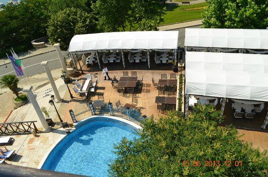 The Mill Hotel & Restaurant: вид с аблкона на бассейн
