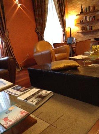 Mamaison Residence Izabella Budapest: reception de l'hotel