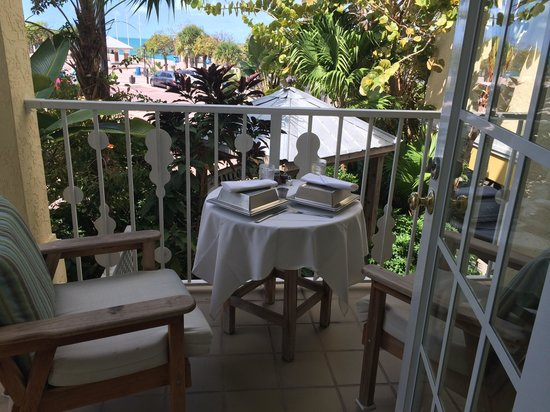 Ocean Key Resort & Spa: Room service served on our patio