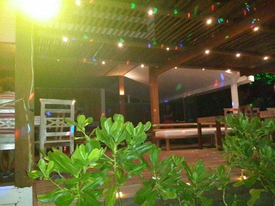 Resort La Torre: O bar da praia nativa a noite, onde acontecem os shows