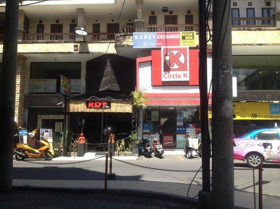 Swiss-Belinn Legian: View of the street from a nearby shop
