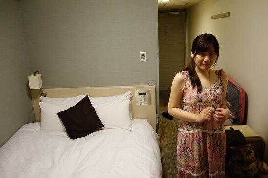 Daiwa Roynet Hotel Osaka Uehonmachi: 房間不算大,不過床有加長,我的身高192公分腳還不會跑出去